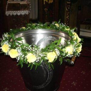 Aranjament floral cristelnita botez cu trandafiri galbeni