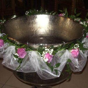 Aranjamente florale pentru cristelnita realizate din trandafiri mov, hortensie si tul.